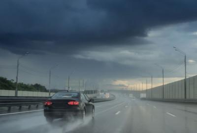 Yağışlı və sürüşkən yolda necə hərəkət etməli?